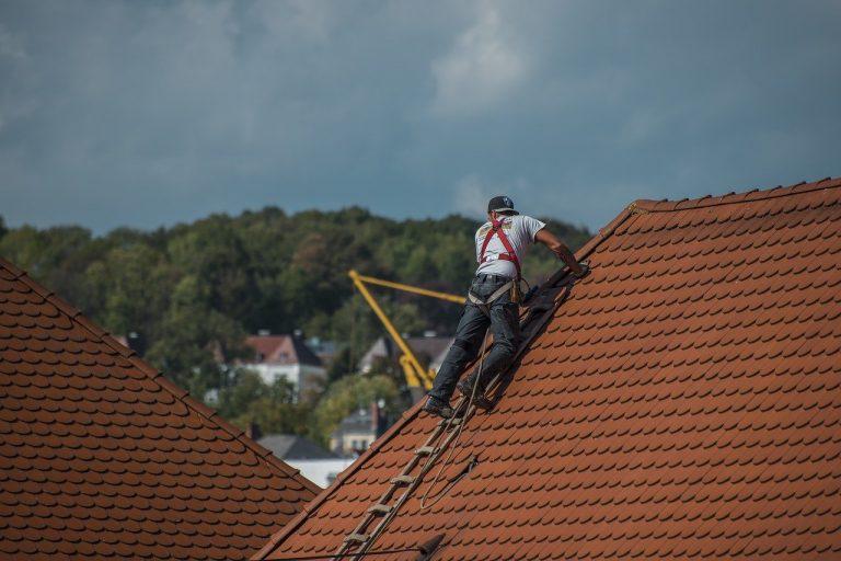 Czy dach domu lepiej jest pokryć blachodachówką czy dachówką ceramiczną?